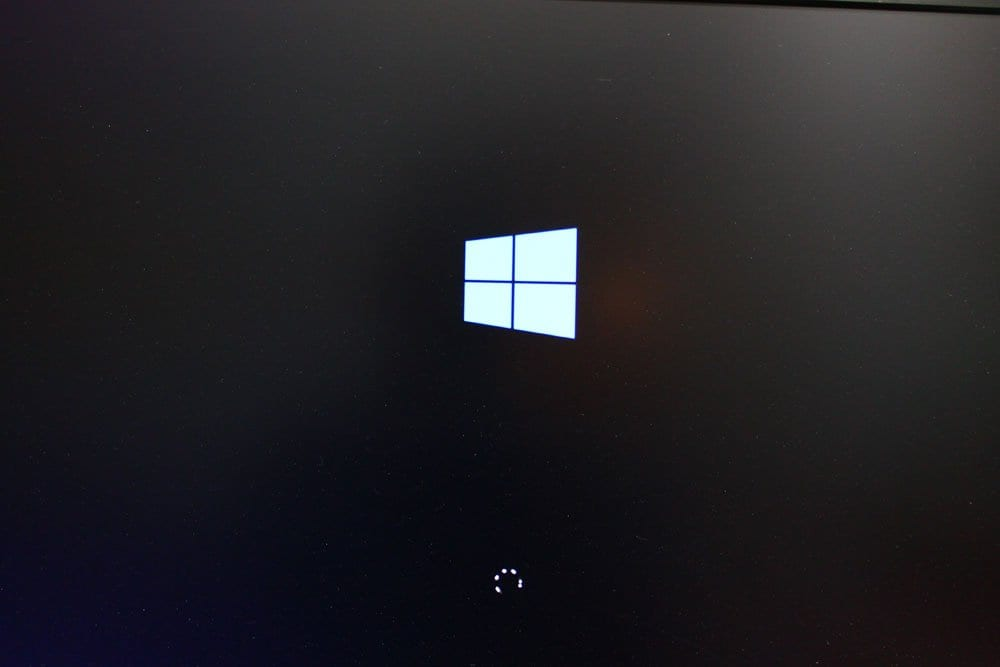 Why does Windows 10 after a blue screen get stuck at login with spinning circle | Fixed